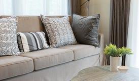 有灰色的健壮的棕色花呢沙发仿造了枕头 免版税库存图片