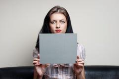 有灰色看板卡的女性 库存图片