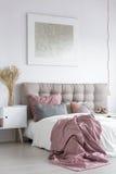 有灰色绘画的淡色卧室 免版税图库摄影