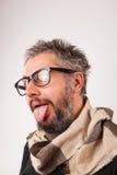 有灰色胡子的疯狂的看起来的老人与书呆子大玻璃 免版税库存照片