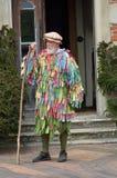 有灰色胡子的老人在站立用棍子的劳动节再制定 免版税库存照片