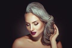 有灰色头发颜色和好的构成的美丽的妇女 免版税库存图片