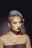 有灰色头发颜色和好的美好的构成的俏丽的妇女 免版税库存照片