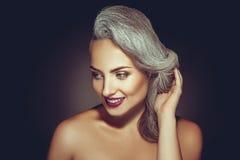 有灰色头发颜色和美好的构成的华美的妇女 图库摄影
