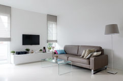 有灰褐色沙发的白色客厅 库存图片