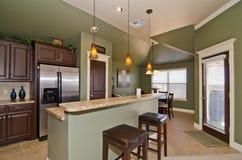 有灰绿色墙壁的现代厨房 库存照片