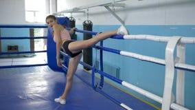 有灵活的腿的女运动员做舒展在锻炼期间在圆环的体操比赛前 股票视频