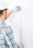 有灵活的统治者的建筑师测量的墙壁 免版税库存图片