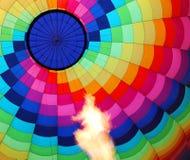 有灼烧的火焰的热空气气球 库存图片
