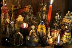 有灼烧的蜡烛的不可思议的装饰的瓶在巫婆桌上 库存图片