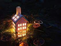 有灼烧的蜡烛的灯笼在秋天公园晚上 库存图片
