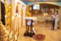 有灼烧的蜡烛的烛台在教会里 免版税图库摄影