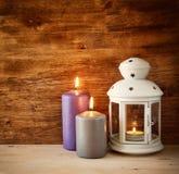 有灼烧的蜡烛的葡萄酒灯笼在木桌上 被过滤的图象 库存图片