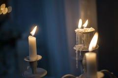 有灼烧的蜡烛的葡萄酒烛台 免版税库存照片