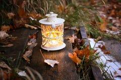 有灼烧的蜡烛的装饰灯笼在秋天公园晚上 库存图片