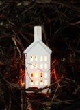 有灼烧的蜡烛的装饰灯笼在秋天公园晚上 图库摄影