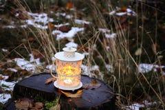 有灼烧的蜡烛的装饰灯笼在秋天公园晚上 库存照片