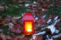 有灼烧的蜡烛的装饰灯笼在秋天公园晚上 免版税图库摄影