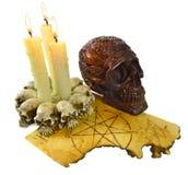 有灼烧的蜡烛的头骨 库存照片