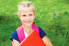 有点一件蓝色学校礼服的女小学生画象,有bo的 库存照片