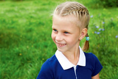 有点一件蓝色学校礼服的女小学生画象  库存照片