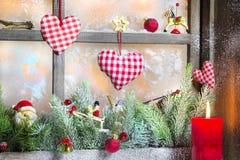 有烛光的土气灯笼圣诞节的-在红色的经典之作 免版税图库摄影