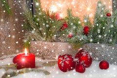 有烛光的土气灯笼圣诞节的-在红色的经典之作 图库摄影