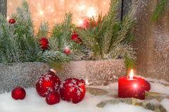 有烛光的土气灯笼圣诞节的-在红色的经典之作 免版税库存照片