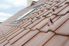有烟囱、自然红色瓦片和烟囱的屋顶 库存图片