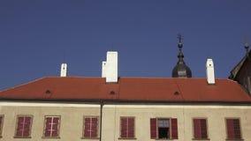 有烟囱和窗口的老历史建筑屋顶 股票视频
