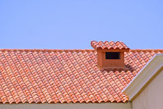 有烟囱的铺磁砖的屋顶 库存照片