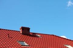 有烟囱的,现代陶瓷砖屋顶 库存图片