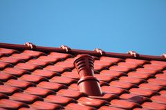 有烟囱的,现代陶瓷砖屋顶 库存照片
