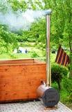 有烟烟囱的木浴盆 免版税库存图片