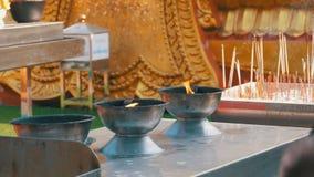 有烟的人轻的香火棍子在佛教寺庙 泰国 芭达亚 股票视频