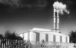 有烟的工厂从管子 免版税库存图片