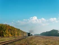 有烟的火车在它 库存图片