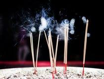 有烟的灼烧的香火棍子 库存图片