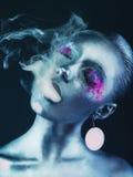 有烟的铝女孩 免版税库存照片
