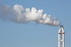 有烟窗的工业精炼厂 库存照片