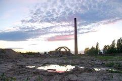 有烟窗的被放弃的工厂 免版税库存照片