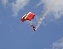 有烟线索的跳伞运动员 免版税库存照片