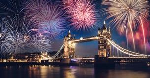 有烟花的,新年塔桥梁在伦敦,英国 库存图片
