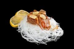 有烤三文鱼片断的玻璃纸用在黑背景和荷兰芹隔绝的蕃茄、葱 免版税库存照片