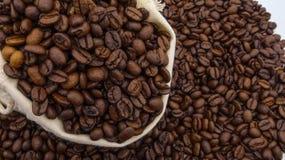 有烤咖啡豆的一个大袋 免版税库存图片