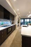 有烤箱的现代厨灶和餐具室碗柜 库存照片