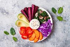 有烤胡桃的, hummus,圆白菜菩萨碗 健康素食开胃菜或快餐盛肉盘 冬天素食者戒毒所午餐 免版税库存照片