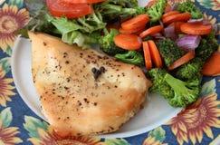 有烤菜和沙拉的鸡胸脯 免版税库存照片