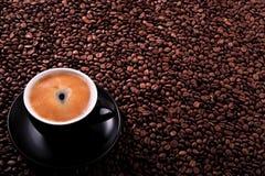 有烤豆背景拷贝空间的无奶咖啡杯子 免版税图库摄影