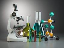 有烧瓶、分子小瓶和模型的显微镜  化学o 免版税库存照片